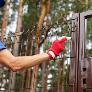 Czy budowa płotu panelowego jest trudna?