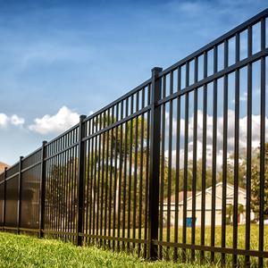 Kiedy zdecydować się na ogrodzenie bez podmurówki i jak wybrać najlepsze?