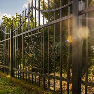 Ogrodzenie kute vs ogrodzenie panelowe - ten sam materiał, inne zalety