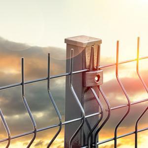 Ogrodzenie panelowe na skarpie – idealnie rozwiązanie do montażu na pochyłym terenie