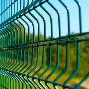 Ogrodzenie w granicy, a ogrodzenie na granicy działki. Czym się różnią i jakie postawić najlepiej?