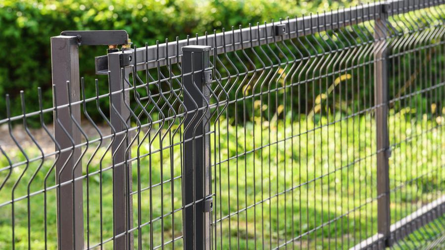 Ogrodzenie panelowe czy siatka - co wybrać do swojego domu?