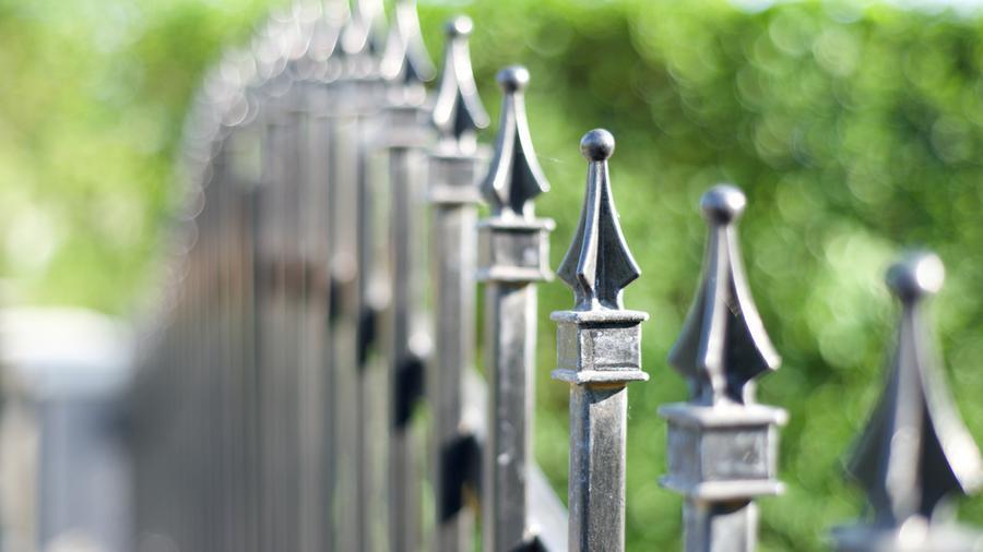 Groty na ogrodzenie – czym są i jaką pełnią funkcję?