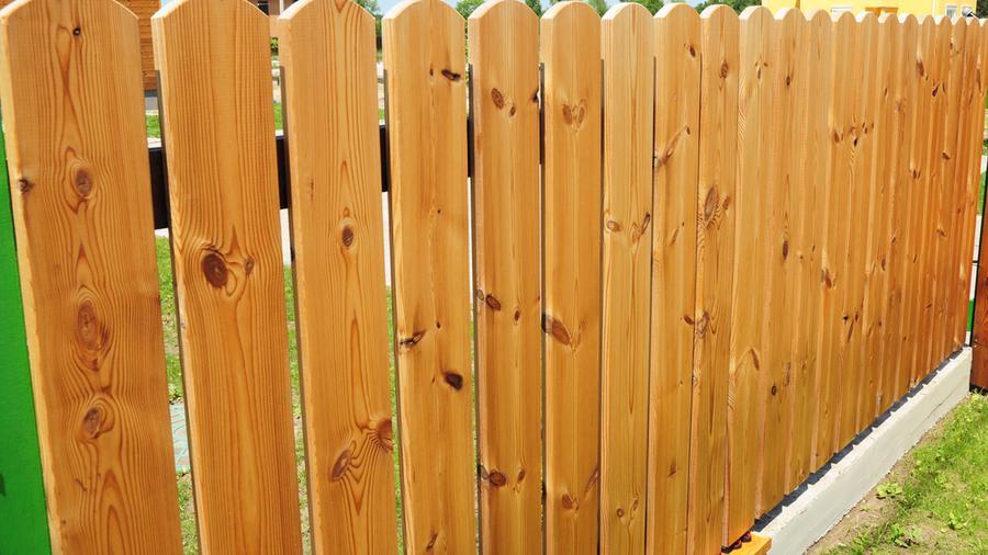 Jak dbać o ogrodzenie drewniane?