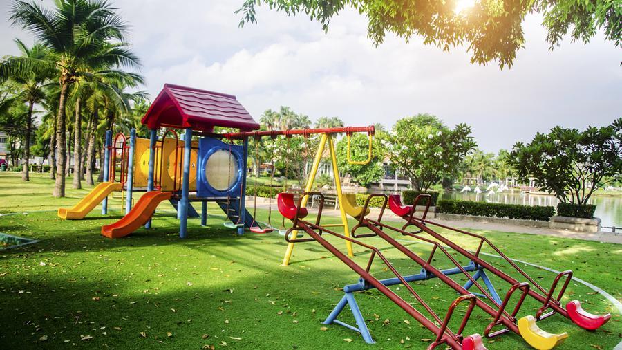 Funkcjonalne i bezpieczne ogrodzenie placu zabaw dla dzieci