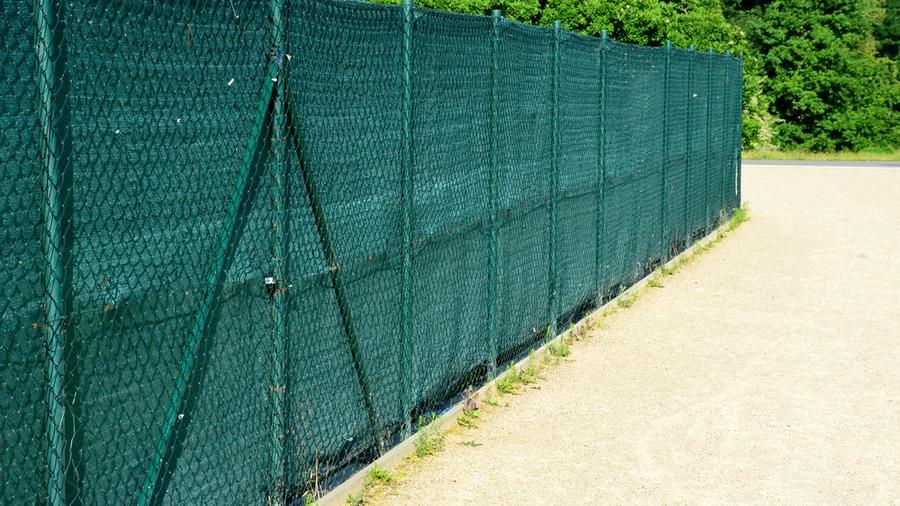 W jakim celu stosuje się maskowanie ogrodzenia i jakie są na to sposoby?
