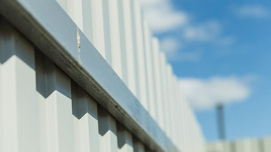 Ogrodzenia aluminiowe a ogrodzenia panelowe - wady i zalety obu rozwiązań