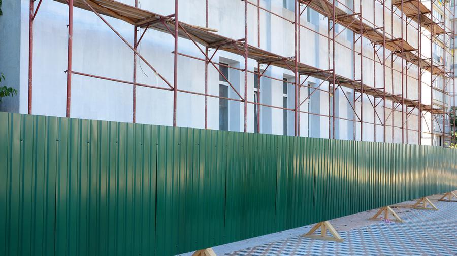 Ogrodzenie budowy – warto czy trzeba?