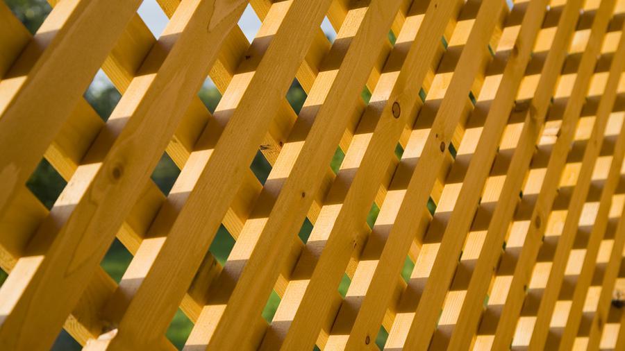 Płot kratkowy a ogrodzenie panelowe - czy można porównać te dwa rodzaje rozwiązań?