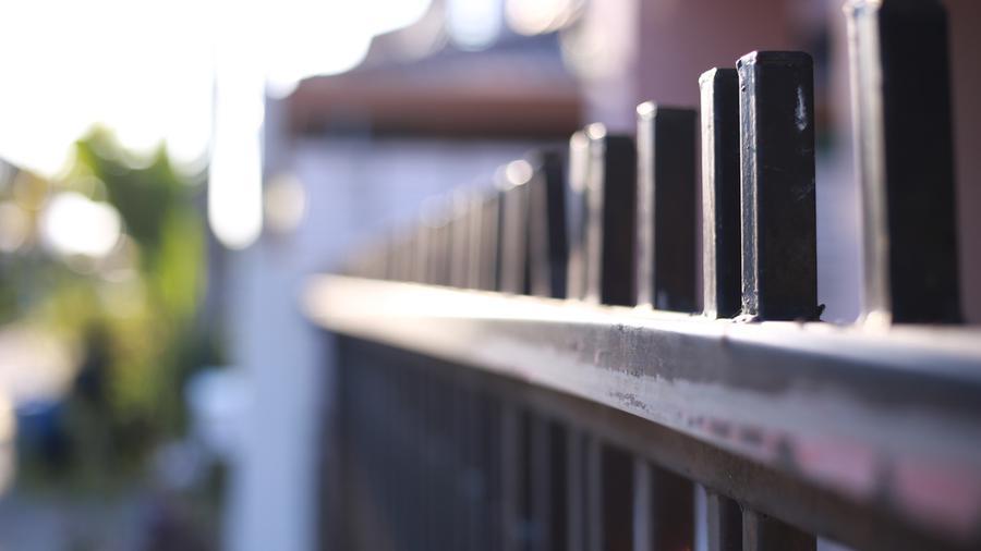 Ogrodzenia metalowo-drewniane – co warto o nich wiedzieć?
