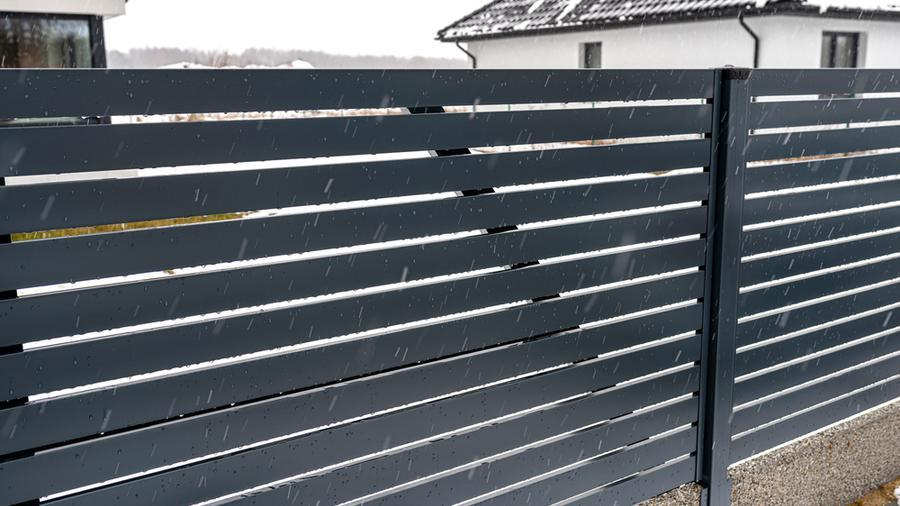 Ogrodzenie palisadowe czy ogrodzenie panelowe? Jaki płot jest bardziej uniwersalny?