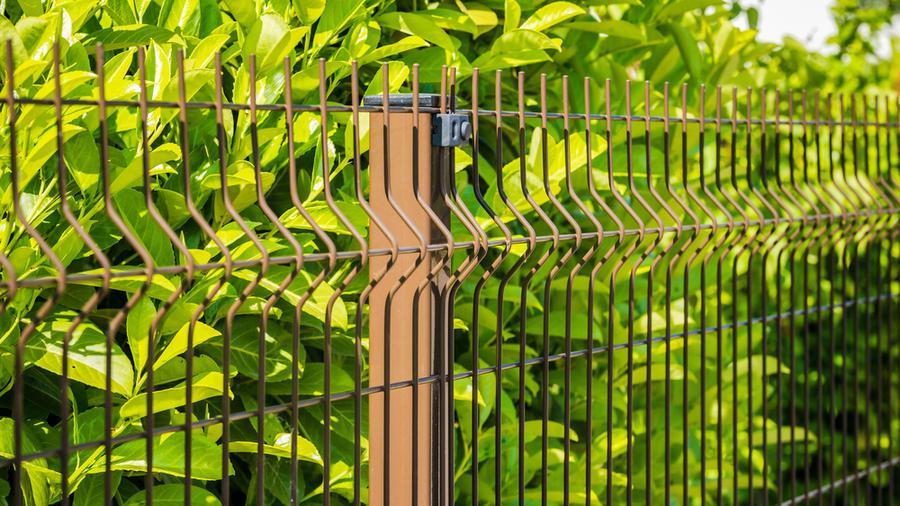 Ogrodzenia drewnopodobne a ogrodzenia panelowe