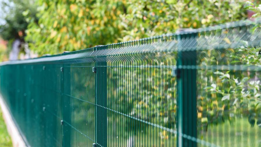 Ogrodzenie drewniane czy ogrodzenie panelowe - co wybrać do nowego domu?