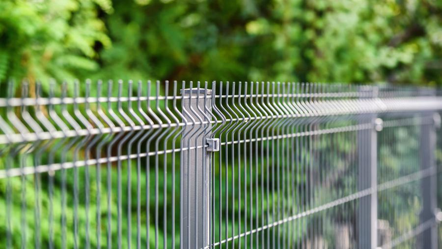 Ogrodzenie panelowe łukowe – gdzie się sprawdzi oraz jakie są jego zalety?