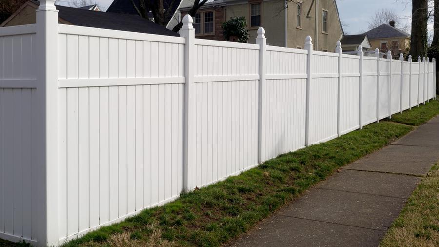 Ogrodzenie plastikowe a ogrodzenie panelowe – które z rozwiązań zyskuje zasłużoną popularność?