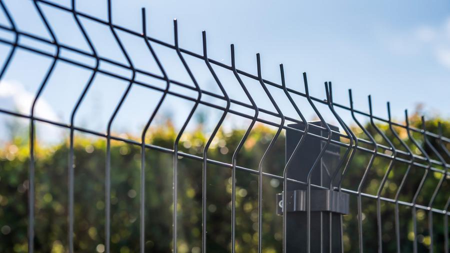 Jak dobrze ogrodzić posesję? Ogrodzenia łupane a ogrodzenia panelowe