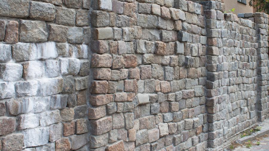 Ogrodzenie z kostki granitowej a ogrodzenie panelowe - jaki typ płotu będzie bardziej opłacalny?