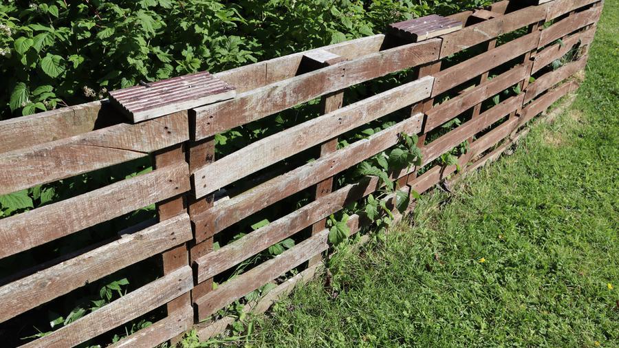 Ogrodzenie z palet a płot panelowy – dwa uniwersalne rozwiązania, jeden wybór