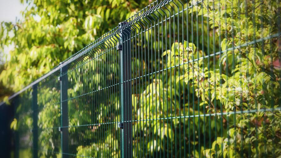 Ogrodzenie kompozytowe czy ogrodzenie panelowe?