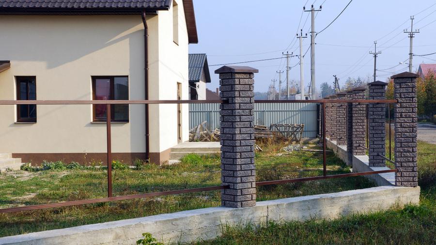 Czy warto wykonać ogrodzenie z podmurówką?