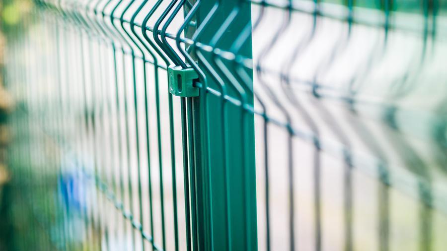 Ogrodzenie boniowane i płot panelowy – charakterystyka obu rozwiązań.