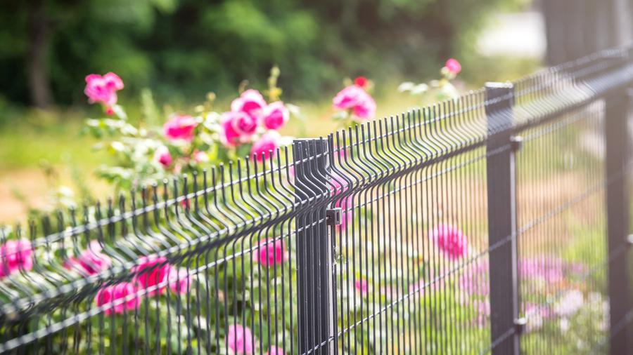 Proste ogrodzenie – dlaczego coraz więcej osób się na nie decyduje?